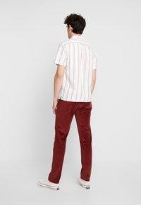 Farah - Pantaloni - burnt red - 2