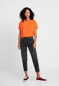 Moves - ZILVA - T-shirts - neon orange - 1