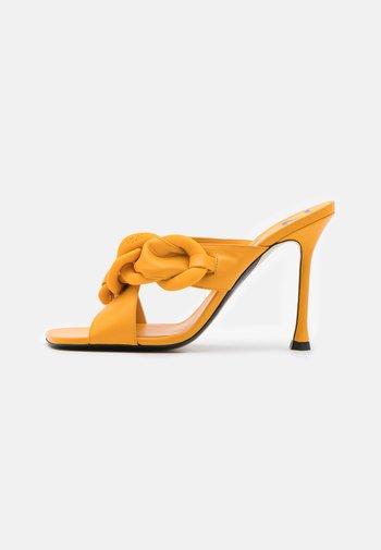 MULE - Pantofle na podpatku - yellow