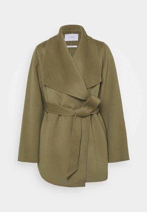 CATNIP SEED - Klasyczny płaszcz - sage green
