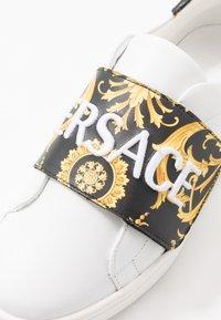 Versace - FLASH BAMBINO - Sneakers basse - bianco/nero/oro - 2