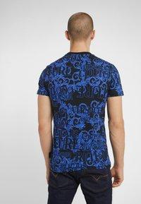 Versace Jeans Couture - BAROQUE - T-shirt med print - black/blue - 2
