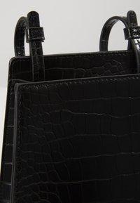 Who What Wear - PEYTON - Across body bag - black croco - 2