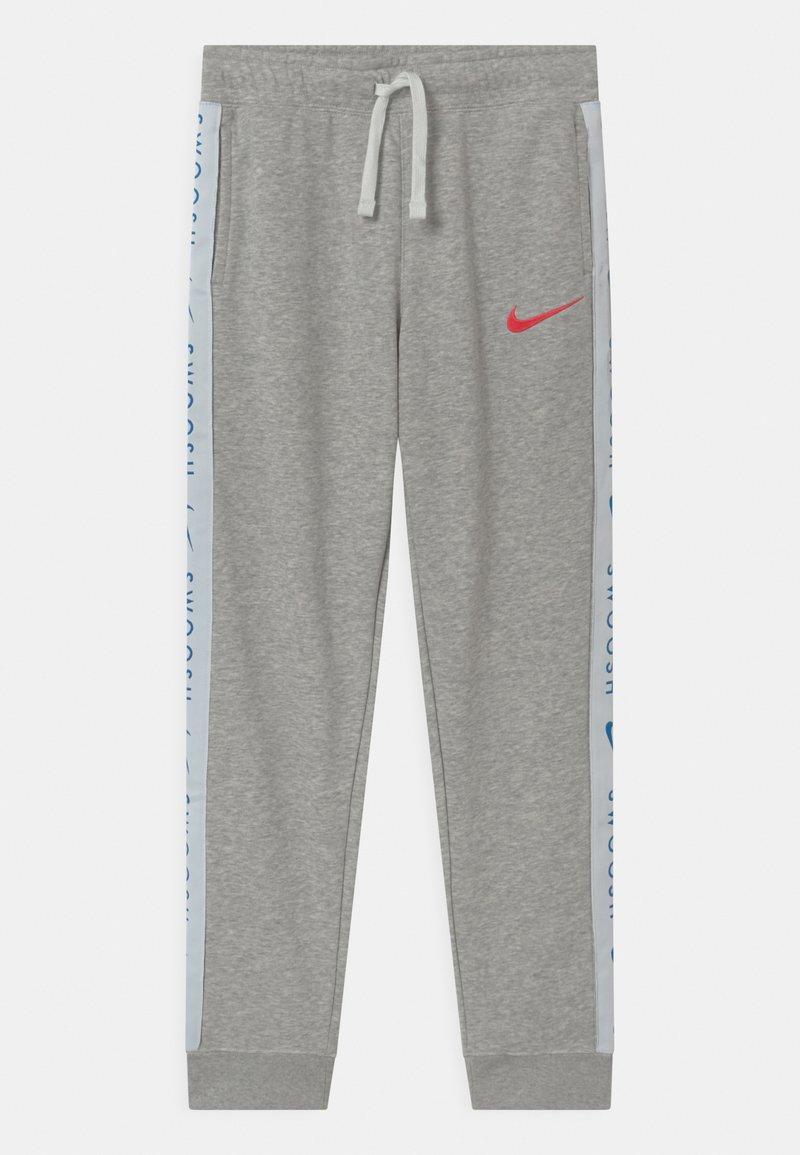 Nike Sportswear - Teplákové kalhoty - grey heather/bright crimson