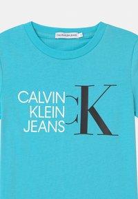Calvin Klein Jeans - HYBRID LOGO FITTED - Triko spotiskem - blue - 2