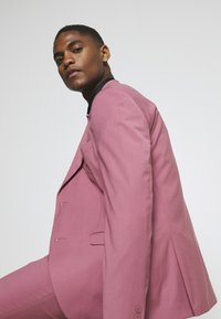 Isaac Dewhirst - Costume - pink - 6