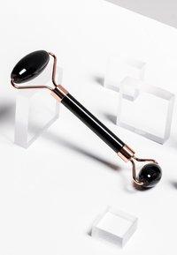 ZOË AYLA - FACIAL ROLLER - Beauty-accessoire - black - 1