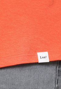 Lee - SHAPED TEE - T-shirt basic - washed red - 4