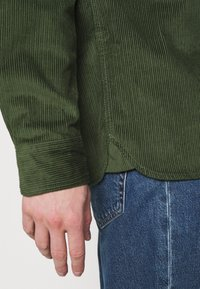 Topman - MICROS TOBACCO - Vapaa-ajan kauluspaita - green - 4