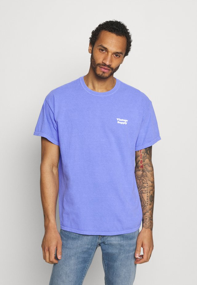 CORE OVERDYE - Print T-shirt - purple