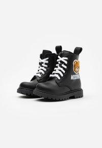 MOSCHINO - Šněrovací kotníkové boty - black - 1