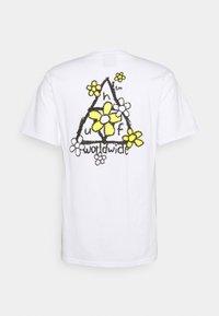 HUF - PUSHING DAISIES TEE - Print T-shirt - white - 1