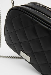 Bershka - MIT KETTE  - Across body bag - black - 4
