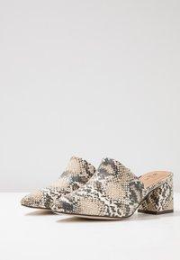 Call it Spring - AUGGEN VEGAN - Pantofle na podpatku - medium beige - 4