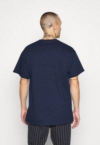 Mennace - HALF BLEACH FLAME SKULL - T-shirt con stampa - blue - 2