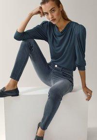 Massimo Dutti - AUS MICROCORD MIT HALBHOHEM BUND - Jeansy Skinny Fit - blue - 6