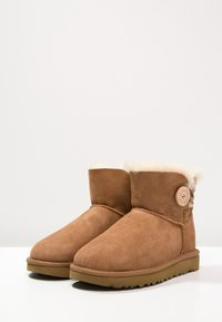 UGG - BAILEY - Botki - chestnut - 3