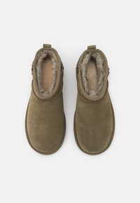 UGG - CLASSIC ULTRA MINI CHAINS - Ankle boots - burnt olive - 5
