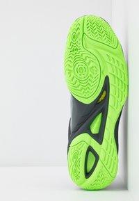 Mizuno - WAVE MIRAGE 3 - Scarpe da pallamano - high rise/black/green gecko - 4