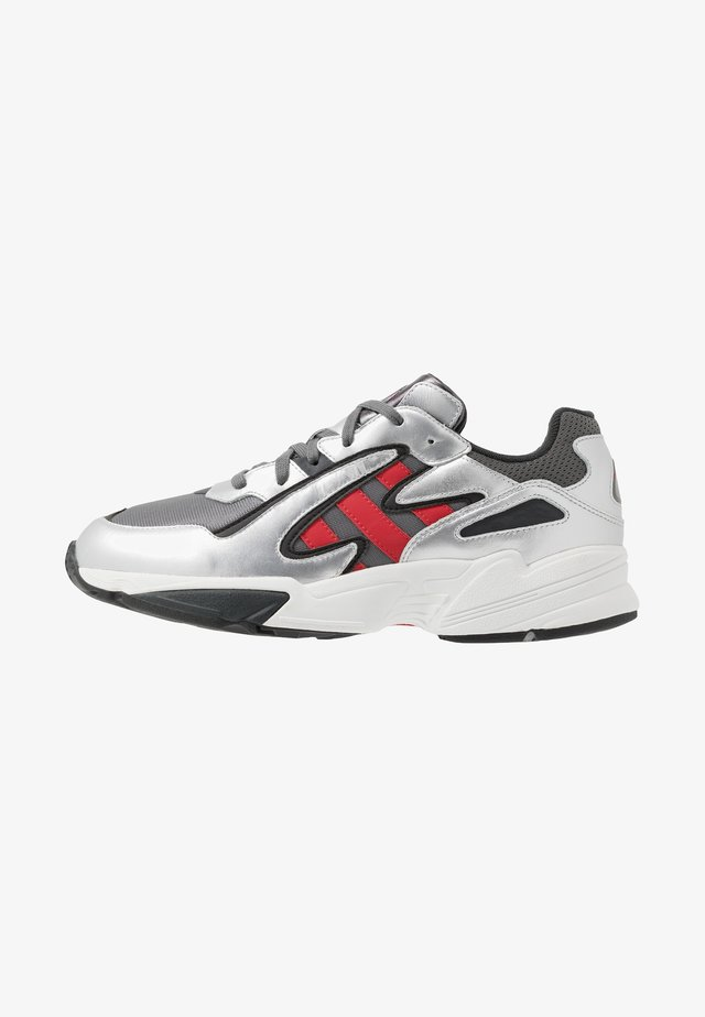 YUNG-96 CHASM TORSION SYSTEM RUNNING-STYLE - Sneakersy niskie - grey four/scarlet/silver metallic
