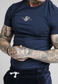 SIKSILK - ALLURE STRAIGHT HEM GYM TEE - Camiseta estampada - navy - 3