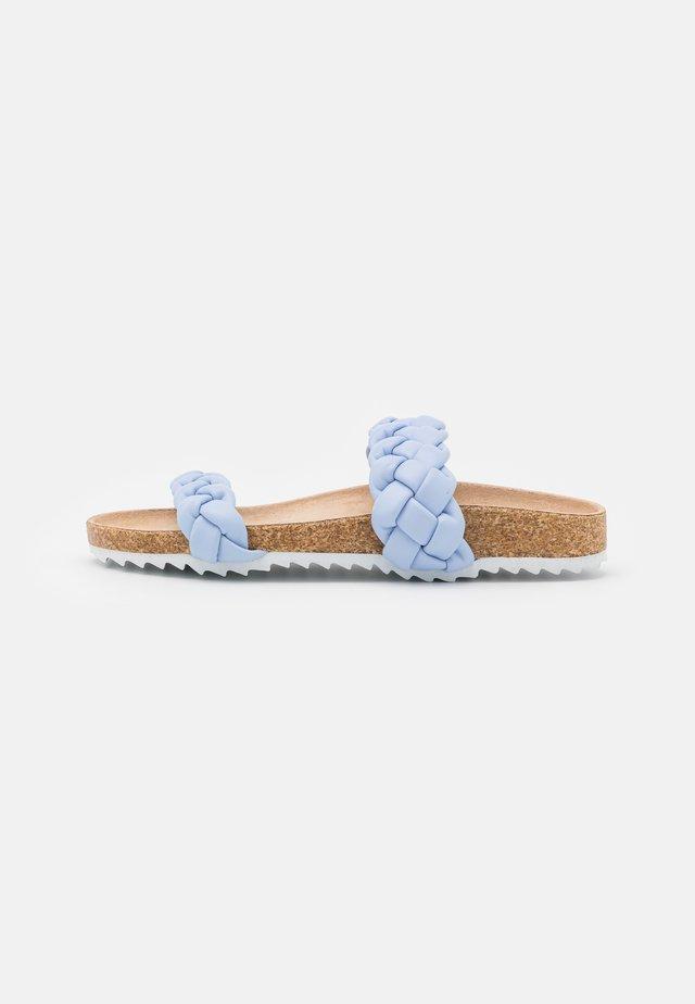 PADDED PLAIT SLIDER - Klapki - baby blue/white