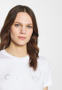 Calvin Klein - VALENTINES CREW NECK TEE - Printtipaita - bright white - 3