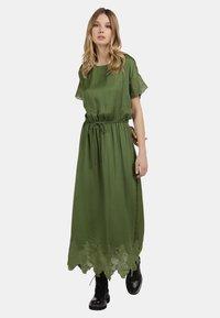 DreiMaster - SATINKLEID - Maxi dress - oliv - 1