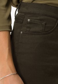 BRAX - STYLE MARY - Slim fit jeans - dark olive - 4