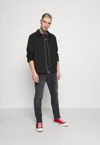 Tommy Jeans - AUSTIN TAPERED - Slim fit jeans - denim black comfort - 1
