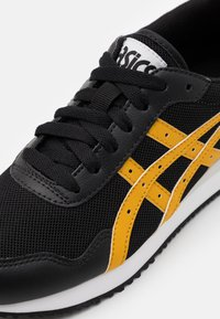 ASICS SportStyle - TIGER RUNNER UNISEX - Trainers - black/mustard seed - 5