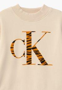Calvin Klein Jeans - URBAN ANIMAL FLOCK - Mikina - off-white - 2