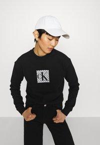 Calvin Klein Jeans - HOLOGRAM LOGO CREW NECK - Sweatshirt - black - 3