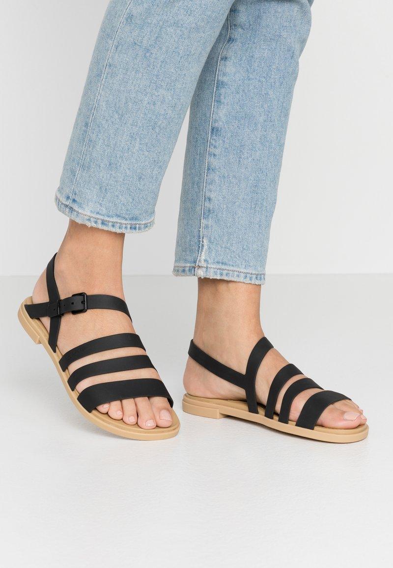 Crocs - TULUM - Pantoffels - black/tan