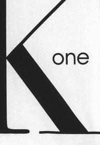 Calvin Klein Jeans - Camiseta estampada - white - 3