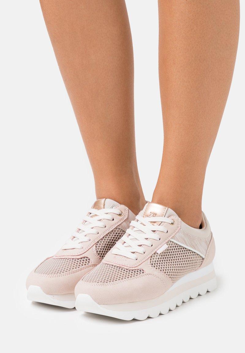 XTI - Sneakers laag - nude