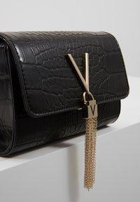Valentino Bags - AUDREY - Sac banane - black - 5