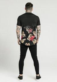 SIKSILK - DANI ALVES CURVED HEM TEE - T-shirts print - black - 2