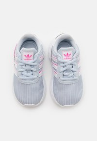 adidas Originals - LA TRAINER LITE UNISEX - Sneakers laag - halo blue/footwear white/screaming pink - 3