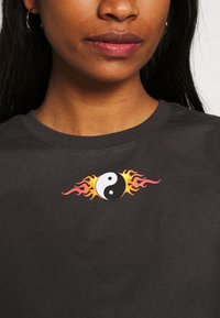 Even&Odd - CLARE YIN YANG FLAMES SMALL PRINT TEE / 801 - ANTHRACITE - Print T-shirt - anthracite - 3