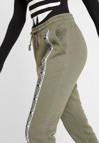 adidas Originals - R.Y.V. CUFFED SPORT PANTS - Trainingsbroek - legacy green - 5