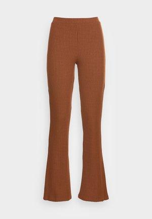 BENNI TROUSERS - Pantalones - tortoiseshell brown