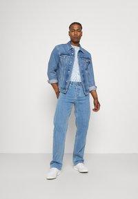 Calvin Klein Jeans - 90'S STRAIGHT LOGO WAISTBAND - Džíny Straight Fit - denim medium - 1