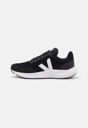 MARLIN - Chaussures de running neutres - black/white