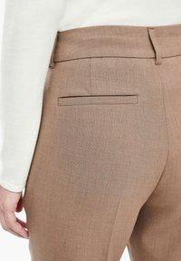 s.Oliver BLACK LABEL - REGULAR FIT MIT BÜGELFALTEN - Trousers - brown melange - 4