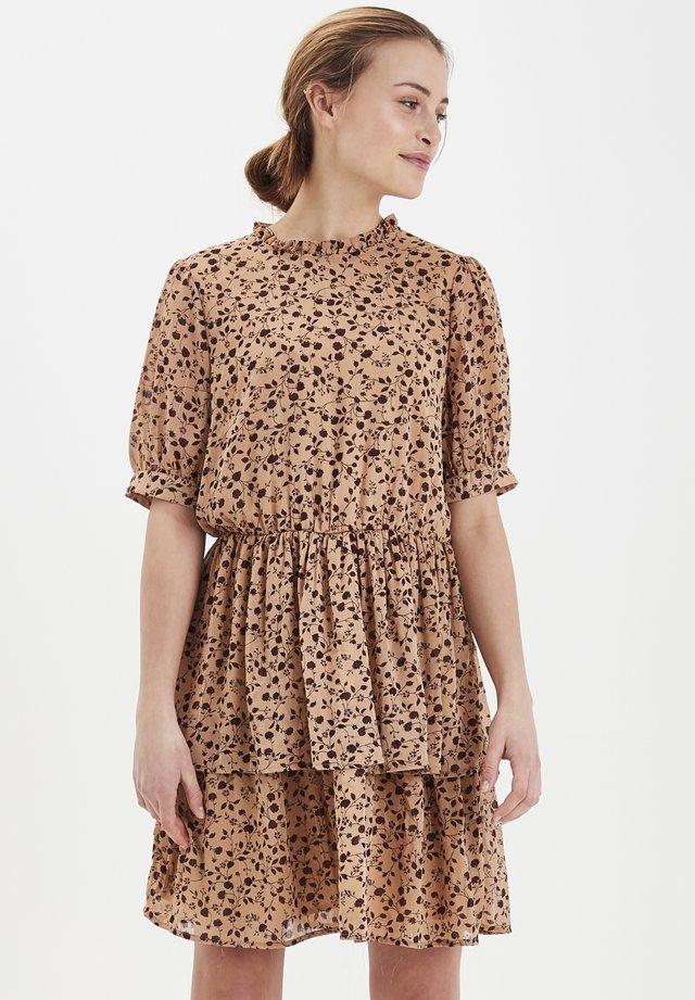 IXLURA  - Korte jurk - tannin