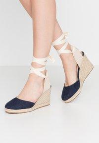mtng - NEW PALMER - Sandaler med høye hæler - marino/beige - 0