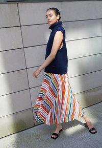 Victoria Victoria Beckham - PLEATED STRIPE SKIRT - Pleated skirt - multi - 2