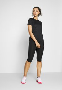ASICS - KATAKANA - T-shirt z nadrukiem - performance black - 1