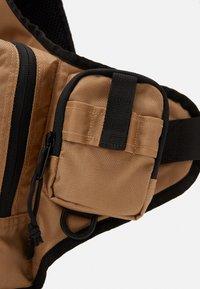 Carhartt WIP - DELTA SHOULDER BAG UNISEX - Vyölaukku - dustyq brown - 3